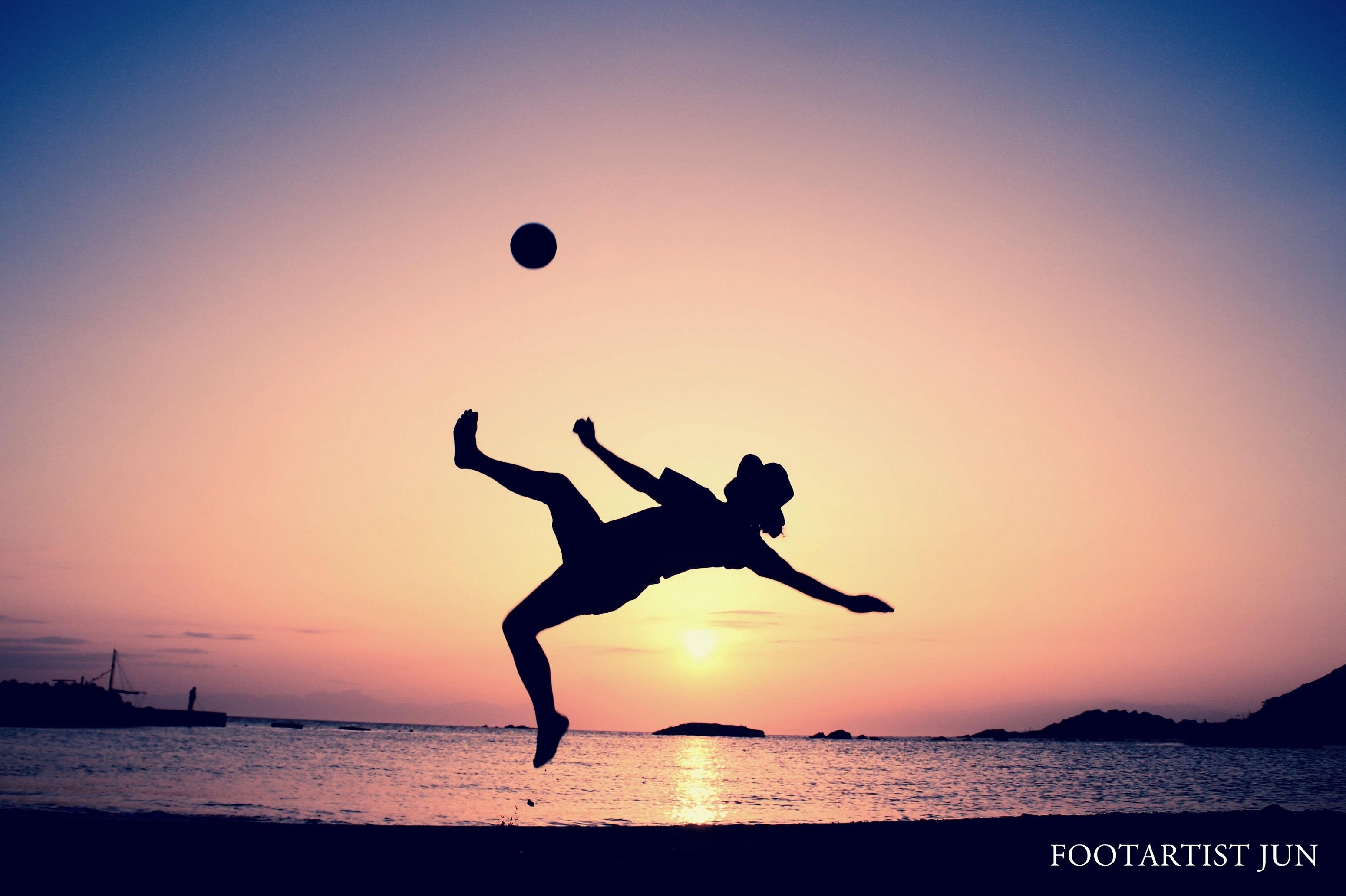"""〈FOOT ART〉ボールを蹴る瞬間に宿る""""永遠"""""""